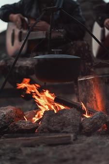 Chitarra vicino al fuoco