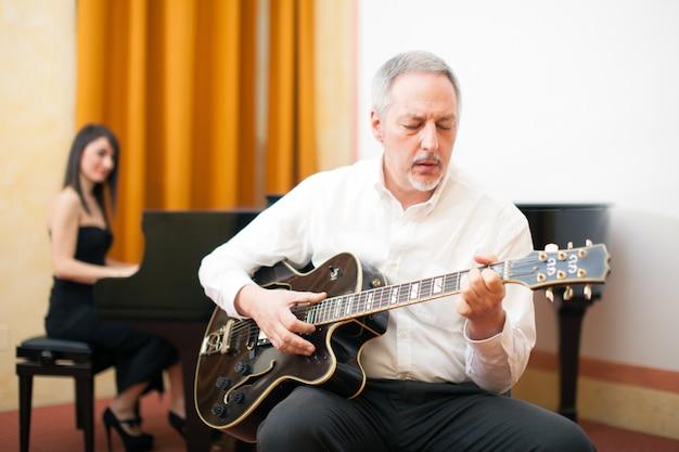 Chitarrista a suonare una chitarra archtop