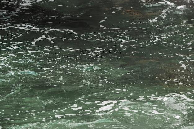 Chiuda in su acqua ondulata scura