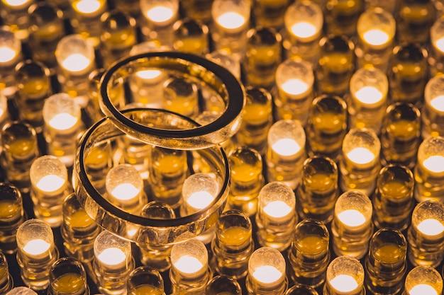 Chiuda in su degli anelli di cerimonia nuziale del diamante con il fuoco selettivo
