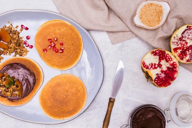 Chiuda in su dei pancake della prima colazione