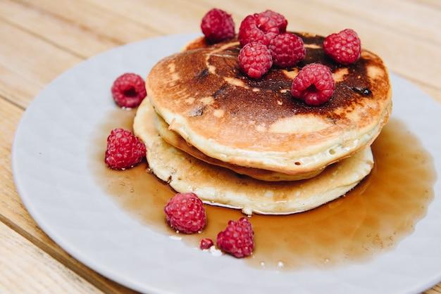 Chiuda in su dei pancake lanuginosi deliziosi