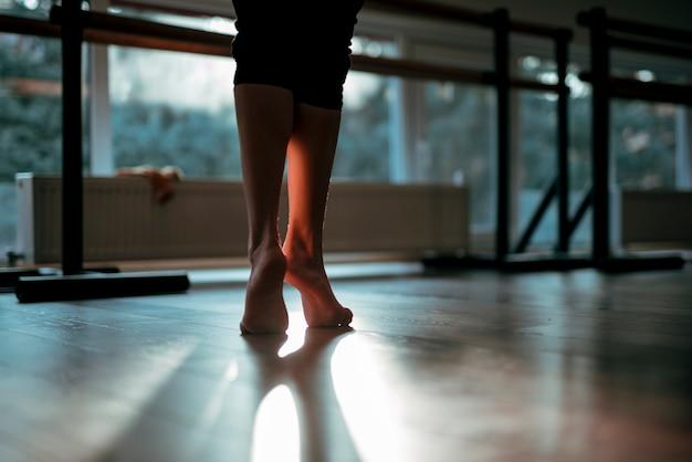 Chiuda in su dei piedi del danzatore femminile