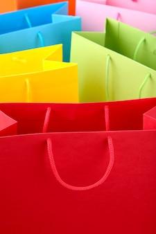 Chiuda in su dei sacchetti di acquisto di carta variopinti