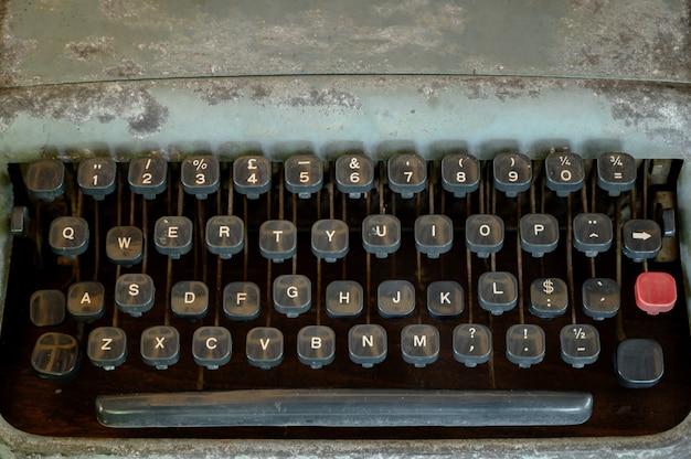 Chiuda in su dei tasti della macchina da scrivere dell'annata