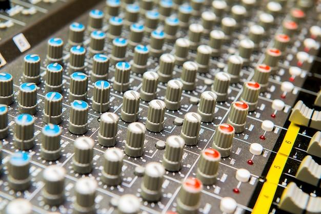 Chiuda in su dei tasti di regolazione del suono