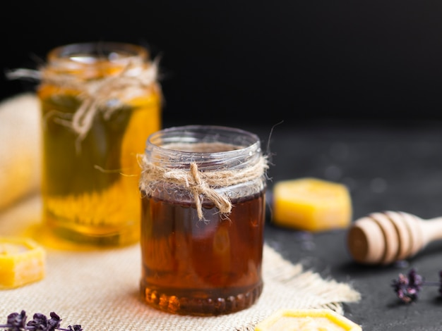 Chiuda in su del barattolo casalingo del miele
