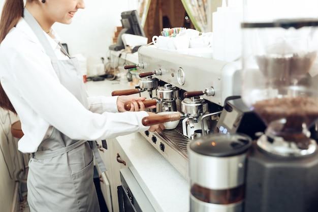 Chiuda in su del barista femminile che prepara il caffè