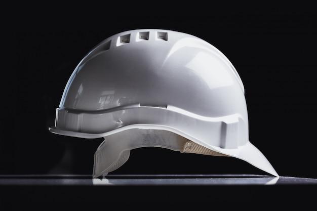 Chiuda in su del cappello di sicurezza bianco