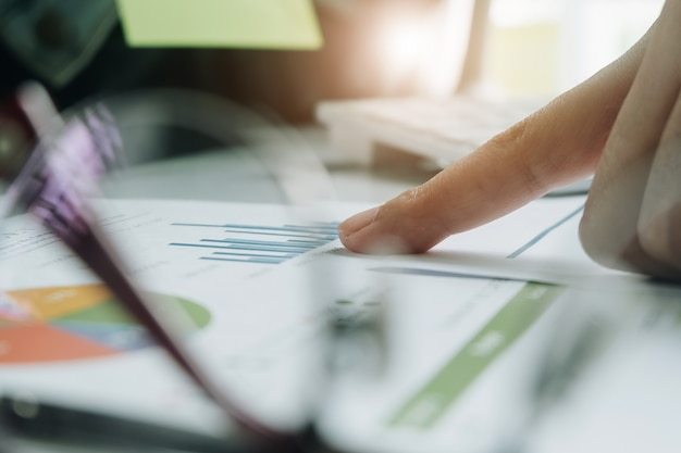 Chiuda in su del contabile o delle mani dell'ispettore finanziario che fanno rapporto