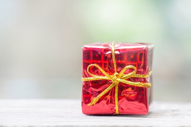 Chiuda in su del contenitore di regalo rosso per la priorità bassa della decorazione di nuovo anno o di natale