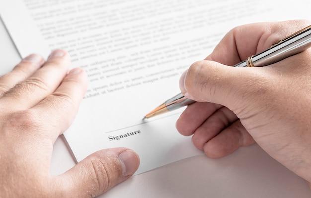 Chiuda in su del contratto di firma dell'uomo d'affari