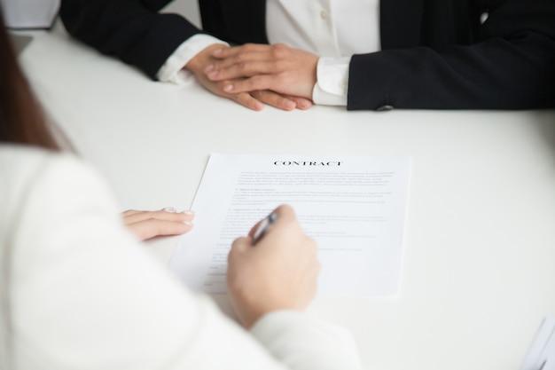 Chiuda in su del contratto di lavoro di sign