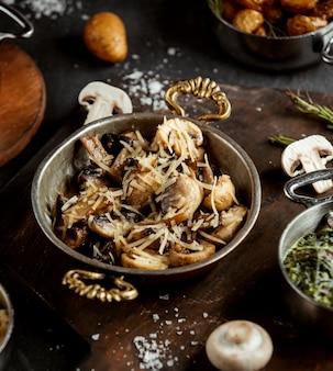 Chiuda in su del fungo saltato guarnito con parmigiano