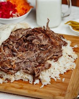 Chiuda in su del kebab dell'agnello con riso e focaccia