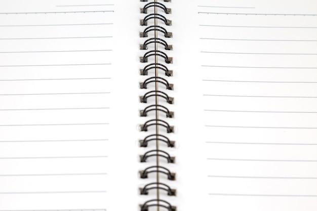Chiuda in su del libro bianco in bianco su priorità bassa bianca