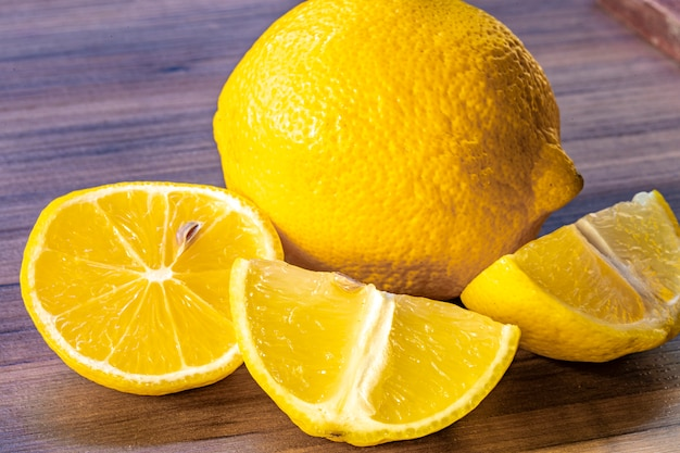 Chiuda in su del limone sulla tabella di legno rustica