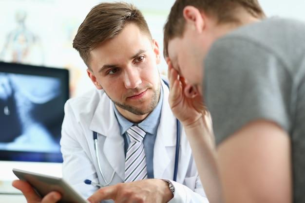 Chiuda in su del medico soddisfatto che esamina il suo paziente