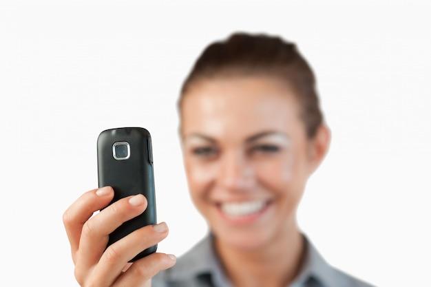Chiuda in su del messaggio di testo che si legge dalla donna di affari