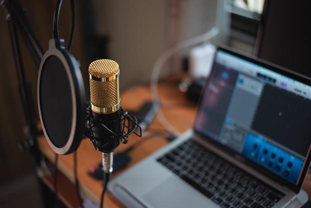 Chiuda in su del microfono allo studio di musica, concetto di musica