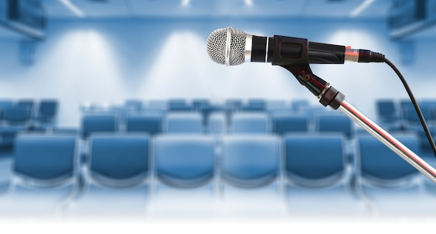 Chiuda in su del microfono sul basamento nell'auditorium