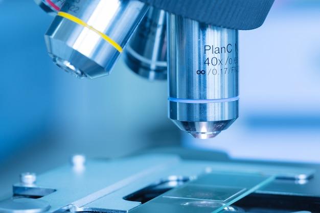 Chiuda in su del microscopio al laboratorio di sangue