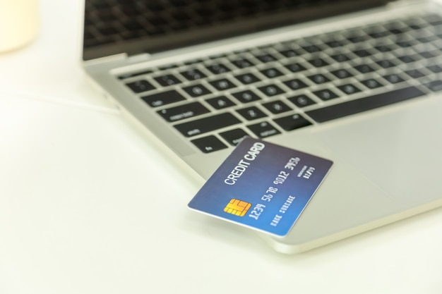 Chiuda in su del modello della carta di credito sul computer portatile
