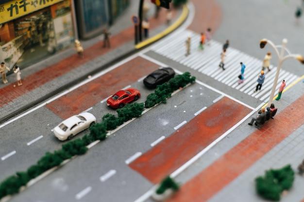 Chiuda in su del modello di piccole auto sulla strada, concezione del traffico.