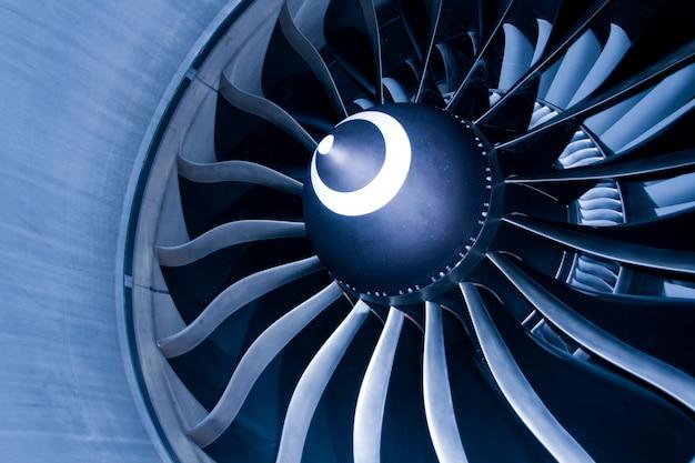 Chiuda in su del motore del ventilatore e delle pale della turbina dell'aereo passeggeri civile moderno