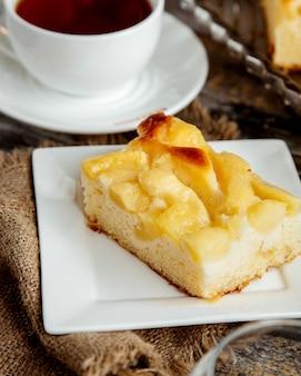 Chiuda in su del pezzo della torta di mele
