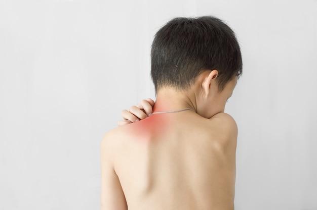 Chiuda in su del ragazzo graffia il prurito con la sua mano, concetto con assistenza sanitaria e medicina