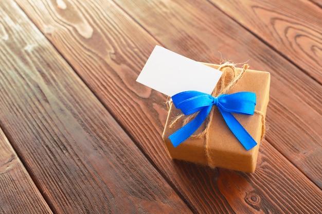 Chiuda in su del regalo di giorno di padri
