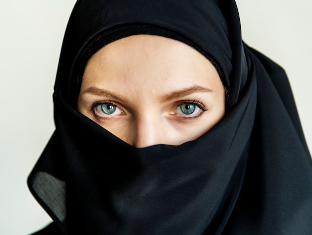 Chiuda in su del ritratto della donna islamica
