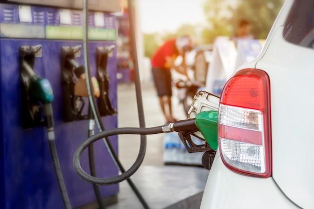 Chiuda in su del sistema di controllo del combustibile che rifornisce di carburante un petrolio al veicolo alla stazione di servizio.