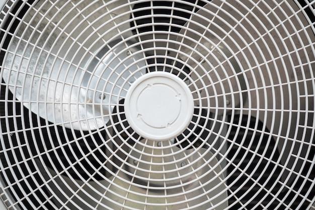 Chiuda in su del ventilatore del compressore del condizionamento d'aria.