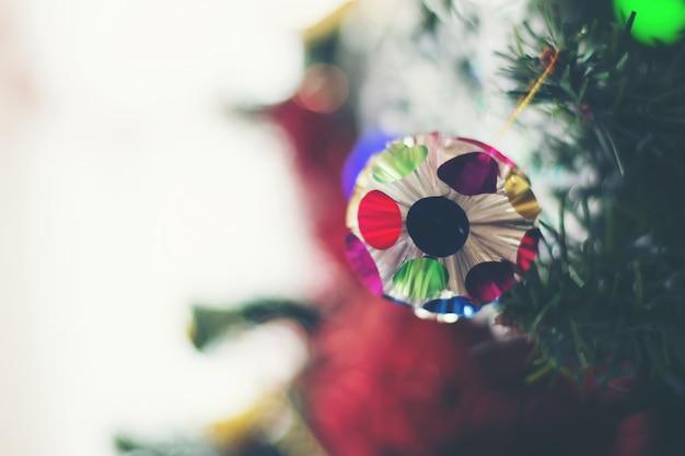 Chiuda in su dell'albero di natale decorato