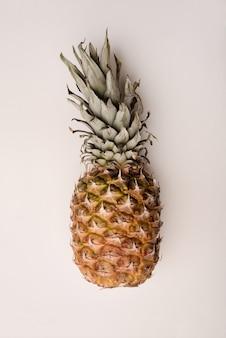 Chiuda in su dell'ananas maturo isolato sopra bianco