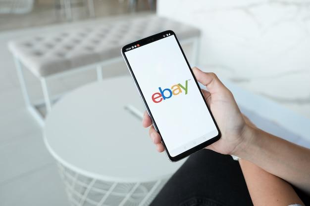 Chiuda in su dell'app ebay sullo schermo di uno smartphone apple. ebay è uno dei più grandi siti di aste e acquisti online