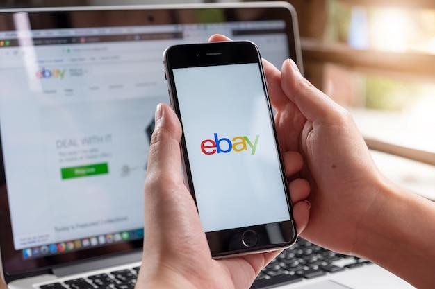Chiuda in su dell'app ebay sullo schermo di uno smartphone.