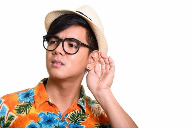 Chiuda in su dell'ascolto asiatico bello dell'uomo
