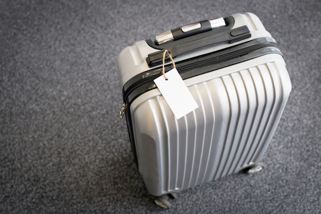 Chiuda in su dell'etichetta della modifica in bianco dei bagagli su una valigia