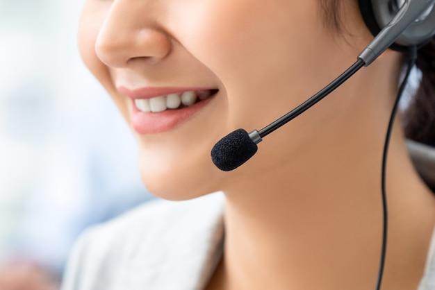 Chiuda in su dell'operatore sorridente della donna nella call center