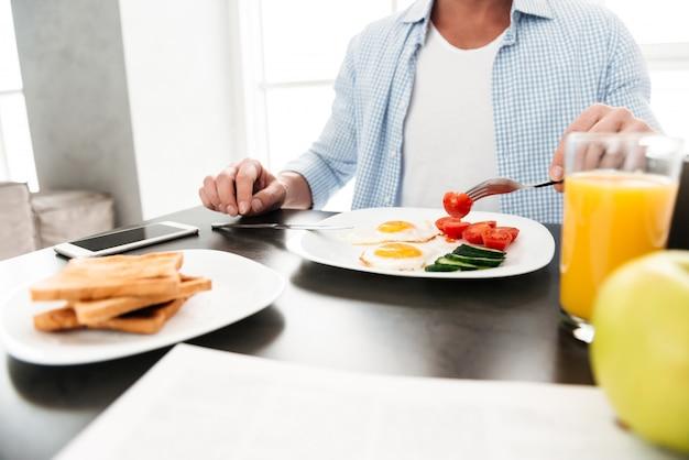 Chiuda in su dell'uomo che mangia prima colazione sana