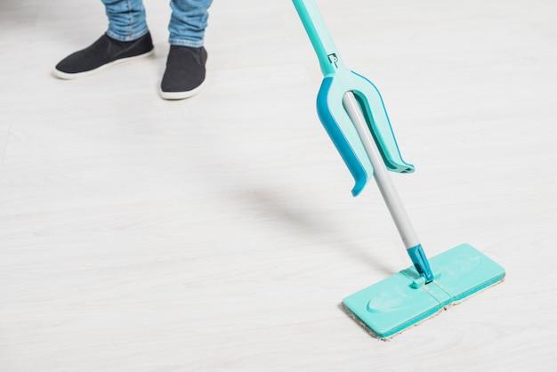 Chiuda in su dell'uomo che pulisce la sua casa