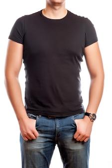 Chiuda in su dell'uomo in maglietta in bianco