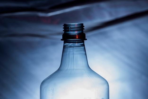 Chiuda in su della bottiglia di plastica residua