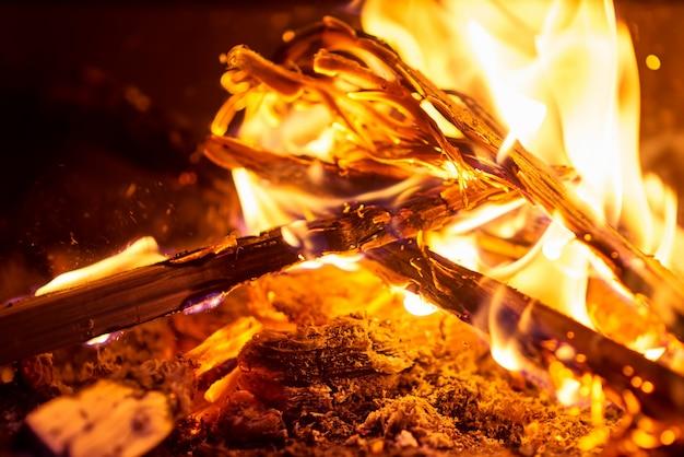Chiuda in su della combustione di legno