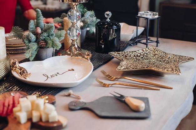 Chiuda in su della decorazione della tabella di nuovo anno a casa