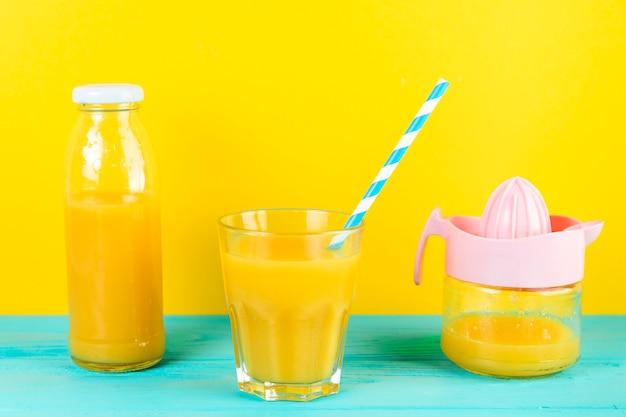 Chiuda in su della disposizione fresca del succo d'arancia