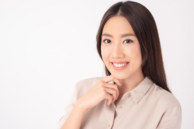 Chiuda in su della donna asiatica con i bei denti